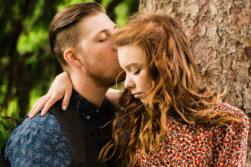 vintage-redhead-hipster-fashion-couple-sitting-in-tree-nj-wedding-photographer-duke-farms-hillsborough