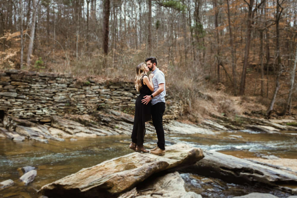 cute-couple-kiss-rock-river-outdoor-photo-shoot-sarah-tyler-hander-sope-creek-atlanta-georgia-photographer